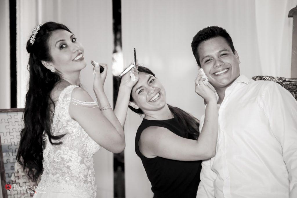 Marilú y John, los novios sonríen acompañados de Susana Morales. La novia retoca su maquillaje y el novio seca el sudor usando los implementos del Kit de emergencia - El blog de Su - Susana Morales Wedding & Event Planner
