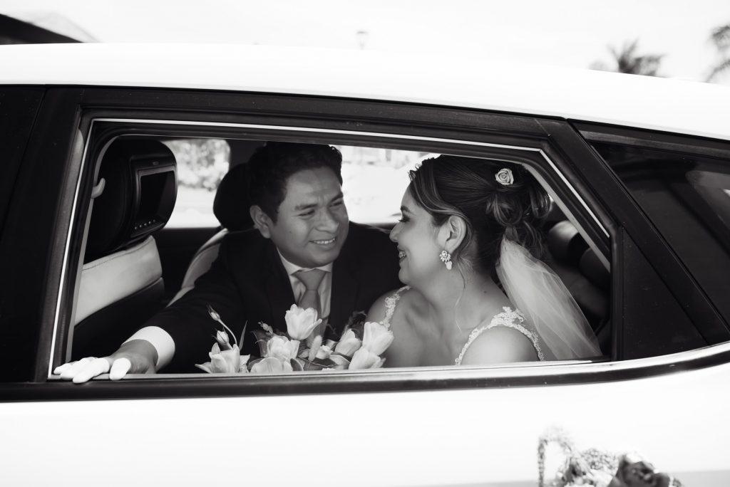 Los novios se miran cariñosamente dentro del auto de novios - El blog de Su - Susana Morales Wedding & Event Planner