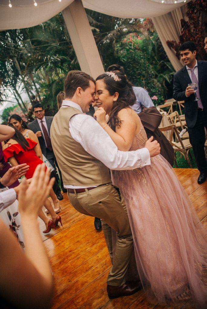 Los novios sonríen y bailan juntos, tranquilos y relajados con la presencia de sus invitados - El blog de Su - Susana Morales Wedding & Event Planner