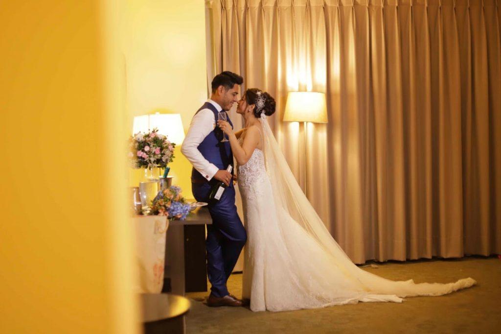 Los novios se miran románticamente mientras sirven champagne para celebrar - El blog de Su - Susana Morales Wedding & Event Planner