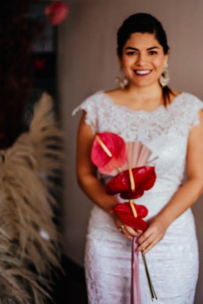 Su, luce un hermoso vestido de novia y bouquet , mientras nos regala una hermosa sonrisa - Bodas de bronce, una celebración para tres, en nuestro hogar - El blog de Su - Susana Morales Wedding & Event Planner
