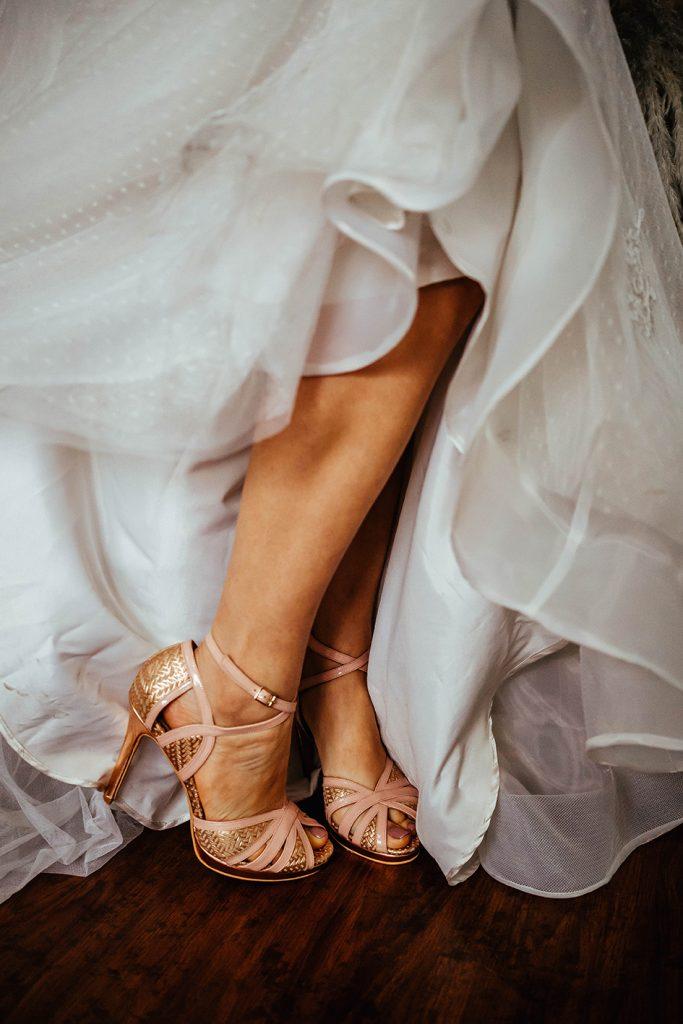 La foto detalla los hermosos zapatos usados por Su - Bodas de bronce, una celebración para tres, en nuestro hogar - El blog de Su - Susana Morales Wedding & Event Planner